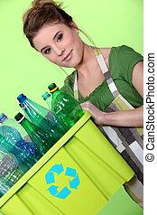 νέα γυναίκα , ακολουθούμαι από ακάλυπτος , ο , ανακύκλωση