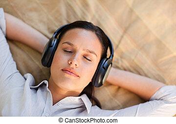 νέα γυναίκα , ακούω αναφορικά σε ευχάριστος ήχος