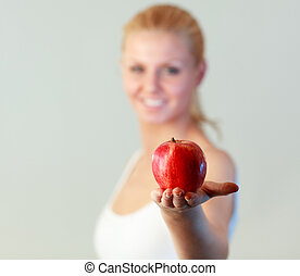 νέα γυναίκα , αμπάρι ένα μήλο , με , εστία , επάνω , μήλο