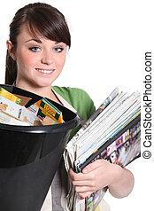 νέα γυναίκα , ανακύκλωση , χαρτί