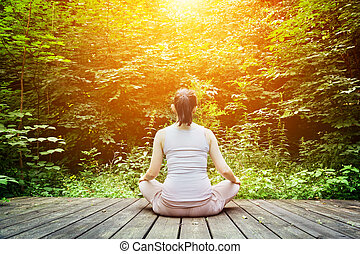 νέα γυναίκα , αυτοσυγκεντρώνομαι , μέσα , ένα , forest., ζεν , σκέψη , υγιεινός , αναπνοή