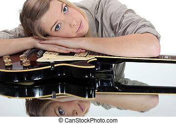 νέα γυναίκα , διάθεση αναμμένος , ένα , κιθάρα