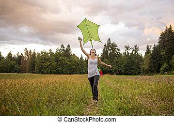 νέα γυναίκα , ιπτάμενος , ένα , πράσινο , χαρταετόs