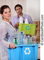 νέα γυναίκα , και , εραστής , ανακύκλωση , πλαστικός