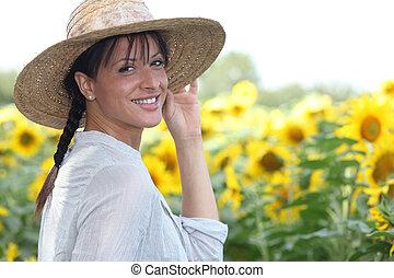 νέα γυναίκα , μέσα , ένα , ηλίανθος αγρός