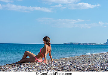 νέα γυναίκα , μέσα , ροζ , μπικίνι , και , αδύνατος γούνα , κάθονται , επάνω , ένα , παραλία