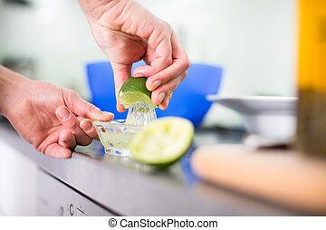 νέα γυναίκα , μαγείρεμα , μέσα , αυτήν , μοντέρνος , κουζίνα , (shallow, dof;, χρώμα , απόχρωση , image)