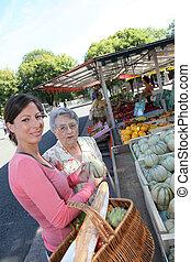 νέα γυναίκα , μερίδα φαγητού , ηλικιωμένος γυναίκα , με , είδη μπακαλικής αγοράζω από καταστήματα