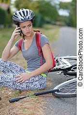 νέα γυναίκα , μετοχή του fall , κάτω , από , ποδήλατο , απασχόληση αντί βοήθεια