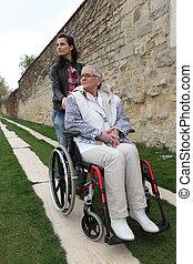 νέα γυναίκα , με , ηλικιωμένος γυναίκα , μέσα , αναπηρική καρέκλα