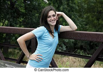 νέα γυναίκα , χαμογελαστά , επάνω , ένα , γέφυρα