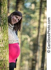 νέος , έγκυος γυναίκα , ακουμπώ πίσω , ένα , δέντρο , μέσα , ένα , δάσοs