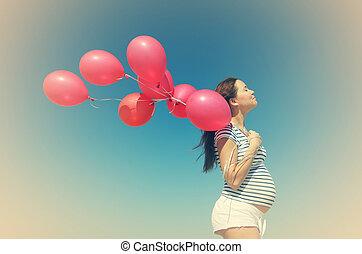 νέος , έγκυος γυναίκα , κράτημα , κόκκινο , balloons.,...