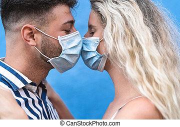 νέος , ασπασμός , facemask , άνθρωποι , αγάπη , άντραs , χειρουργικός , ζευγάρι , κουραστικός , ιόs , μάσκα , έκρηξη , ζεσεεδ , πρόληψη , γενική ιδέα , γυναίκα , coronavirus, χρόνος , ρομαντικός , - , σχέση , κατά την διάρκεια , ροπή , έχει , κορώνα