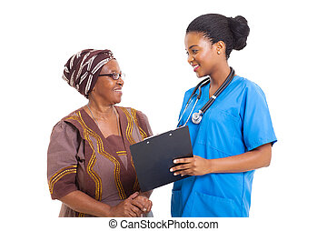 νέος , αφρικανός , νοσοκόμα , μερίδα φαγητού , ανώτερος γυναίκα , με , ιατρικός , μορφή