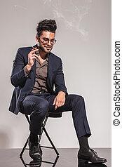 νέος , βάζω καινούργιο καβάλο , κάτω , τσιγάρο , παρουσιαστικό , κουστούμι , κάπνισμα , άντραs