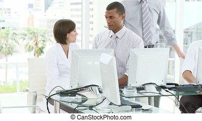 νέος , γραφείο , δούλεμα ακόλουθοι