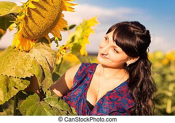νέος , εξαίσιος γυναίκα , μέσα , ηλίανθος αγρός