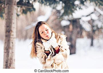 νέος , εξαίσιος γυναίκα , φυσώντας , χιόνι , μέσα , χειμώναs