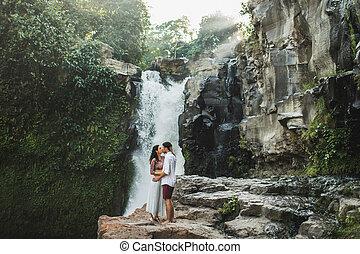 νέος , μαζί , ασπασμός , ευτυχισμένος , βλέπω , ζευγάρι , μήνας του μέλιτος , waterfall., bali