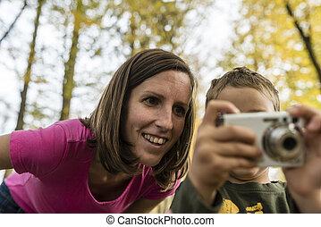 νέος , μητέρα , looking at , ένα , εικόνα , επάνω , ένα , φωτογραφηκή μηχανή