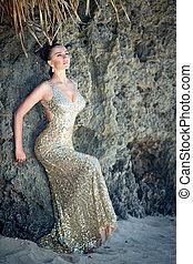 νέος , όμορφος , κορίτσι , μέσα , χρυσός , φόρεμα , στην παραλία , από , ένα , τροπικός , island., ακμή άδεια , concept.
