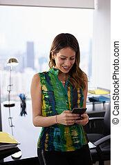 νέος , latina , γυναίκα , απόσπασμα messaging , αναμμένος τηλέφωνο , μέσα , γραφείο