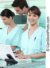 νοσοκόμες , χρησιμοποιώνταs , ένα , ηλεκτρονικός υπολογιστής
