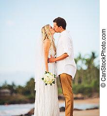 νύμφη , ρομαντικός , απλά , ζευγάρι , παντρεμένος , νεωστί , ασπασμός , ιπποκόμος , παραλία