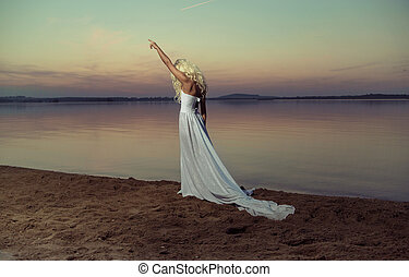 ξανθή , γυναίκα βαδίζω , στην παραλία
