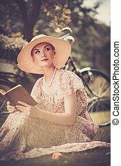 ξανθή , όμορφος , retro , γυναίκα ανάγνωση , βιβλίο , επάνω , ένα , λιβάδι