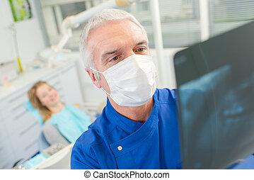 οδοντίατρος , looking at , ένα , ακτίνες χ