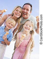 οικογένεια , ακάθιστος , σε , παραλία , με , παγωτό , χαμογελαστά