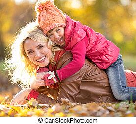 οικογένεια , γονιόs , leaves., μαζί , outdoo , παιδί ,...