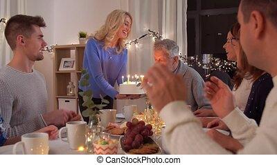 οικογένεια , πάρτυ γεννεθλίων , σπίτι , έχει , ευτυχισμένος