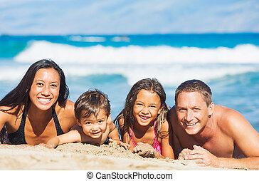 οικογένεια , παίξιμο , στην παραλία