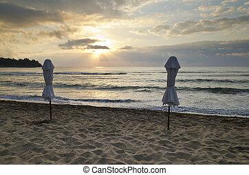 ομπρέλα παραλίαs , επάνω , εγκατέλειψα , ακτή , θάλασσα , σε , ανατολή