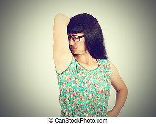 οσφραντικός , μασχάλη , γυναίκα , αναρουφώ με ρουθούνια , stinks, βρεγμένος , αυτήν , κάτι , νέος