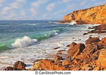 ο , ισχυρός , του ωκεανού το σπάσιμο των κυμάτων στην ακτή