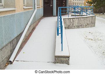 ο , ράμπα , βρίσκομαι , σκεπαστός , με , ο , πρώτα , χιόνι , installed, για , ο , κίνηση , από , άνθρωποι , με , αδυναμία , σε , οποιαδήποτε , ώρα , από , άρθρο έτος