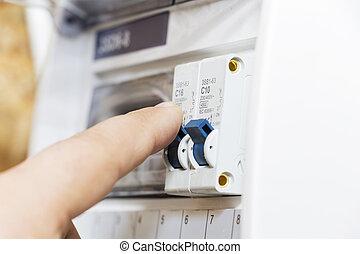 ο , χέρι , άγκιστρο στερέωσης ρούχων , να , ένα , ασφάλεια ηλεκτρική , μέσα , ο , δύναμη , meter., ο , άντραs , disables, ο , τρέχων , ασφάλεια , ο , ασφάλεια , γενική ιδέα , από , ο , δύναμη , καταστολή , και , ο , προστασία , από , ηλεκτρικός έμβλημα