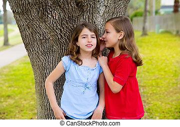 πάρκο , δεσποινάριο , δέντρο , ψιθύρισμα , αυτί , παίξιμο , φίλοs , παιδί