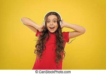παιδί , λατρευτός , disco., παιδί , groove., headphones., headset , χαριτωμένος , ακούω , ασύρματος , μικρός , φόντο. , παίξιμο , κορίτσι , κουρδίζω , χρησιμοποιώνταs , μικρό , απολαμβάνω , κίτρινο , ραδιόφωνο , δίνω , μουσική , dj