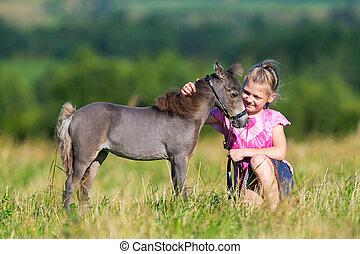 παιδί , με , ένα , μικρό , μικρογραφία άλογο , μέσα , πεδίο