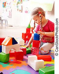 παιδί , με , γρίφος , εμποδίζω , και , δομή αναθέτω , μέσα , παίζω , room.