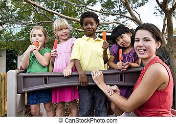 παιδική χαρά , άπειρος αναξιόλογος , προσχολικός δασκάλα