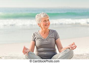παραλία , άσκηση , ανώτερος γυναίκα , γιόγκα