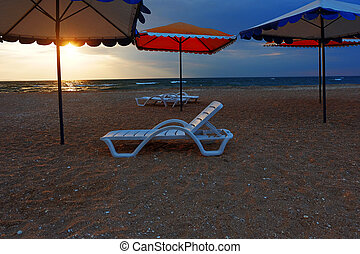 παραλία , αρχόσχολος , και , ομπρέλες , επάνω , εγκατέλειψα , ακτή , θάλασσα , σε , sunset.