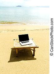 παραλία , τραπέζι , μικρόs φορήτοs υπολογιστήs , ανακουφίζω από δυσκοιλιότητα