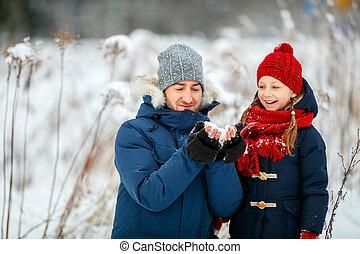 πατέραs , κόρη , χειμώναs , έξω